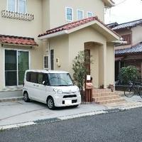 タイムズのB 南欧風の家の駐車場の写真