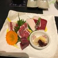 熊本馬刺しと純米酒「櫻」の写真